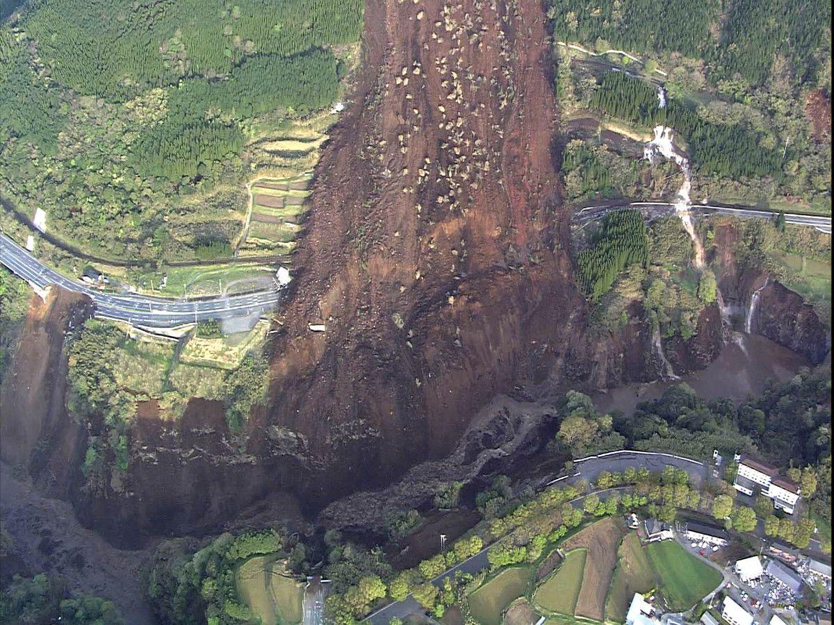 南阿蘇村で1000人が孤立 阿蘇大橋が崩落、土砂崩れで道路寸断 ...