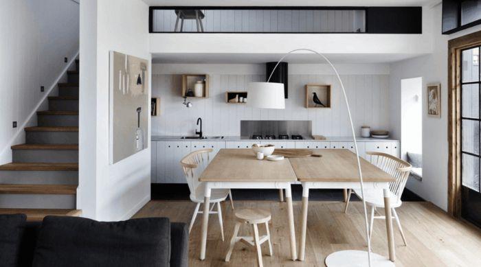 casa con escalera, salon comedor en madera clara y blanco, salon ...