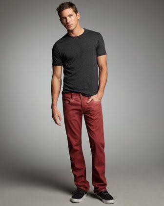 Camiseta negra y pantalón marrón.  0bb6e7beebc