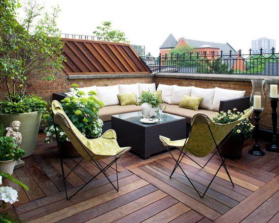 dachterrasse holzboden lounge möbel set grün weiß pflanzen