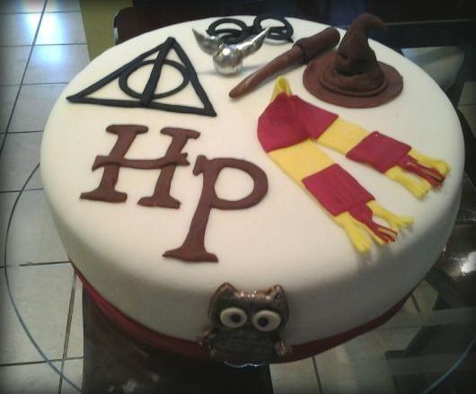 Festa Harry Potter Bolo Decorado Com Simbolos Harry Potter Cake Harry Potter Birthday Cake Harry Potter Food