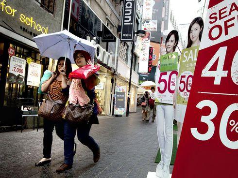 Etelä-Korean valtiovarainministeriö ennustaa, että talous kasvaa ensi vuonna 3,8 prosenttia. Alennusmyynnit Soulissa Etelä-Koreassa.