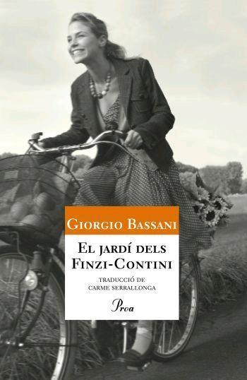 """""""La comunitat jueva de Ferrara és sotraguejada, a la fi dels anys trenta, per les llei racials del govern feixista. Temps després, el narrador evoca el lent pas de la infantesa a la maduresa enmig del trasbals que va dur el benestar burgès a la crua persecució. Un procés de creixement que seria marcat per la presència encegadora, en el límit entre l'amistat i l'amor, d'una noia, Micòl Finzi-Contini"""". #enseltraieudelesmans? EL JARDÍ DELS FINZI-CONTINI, de Giorgio Bassani."""