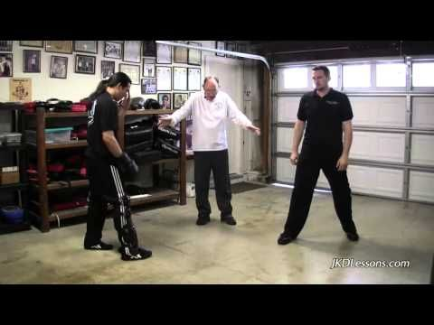 Tim Trackett zeigt in seiner Wendnesday Night Group interessante Verteidigungen aus dem JKD. Das Video bietet einen Link zum kompletten Lehrvideo.