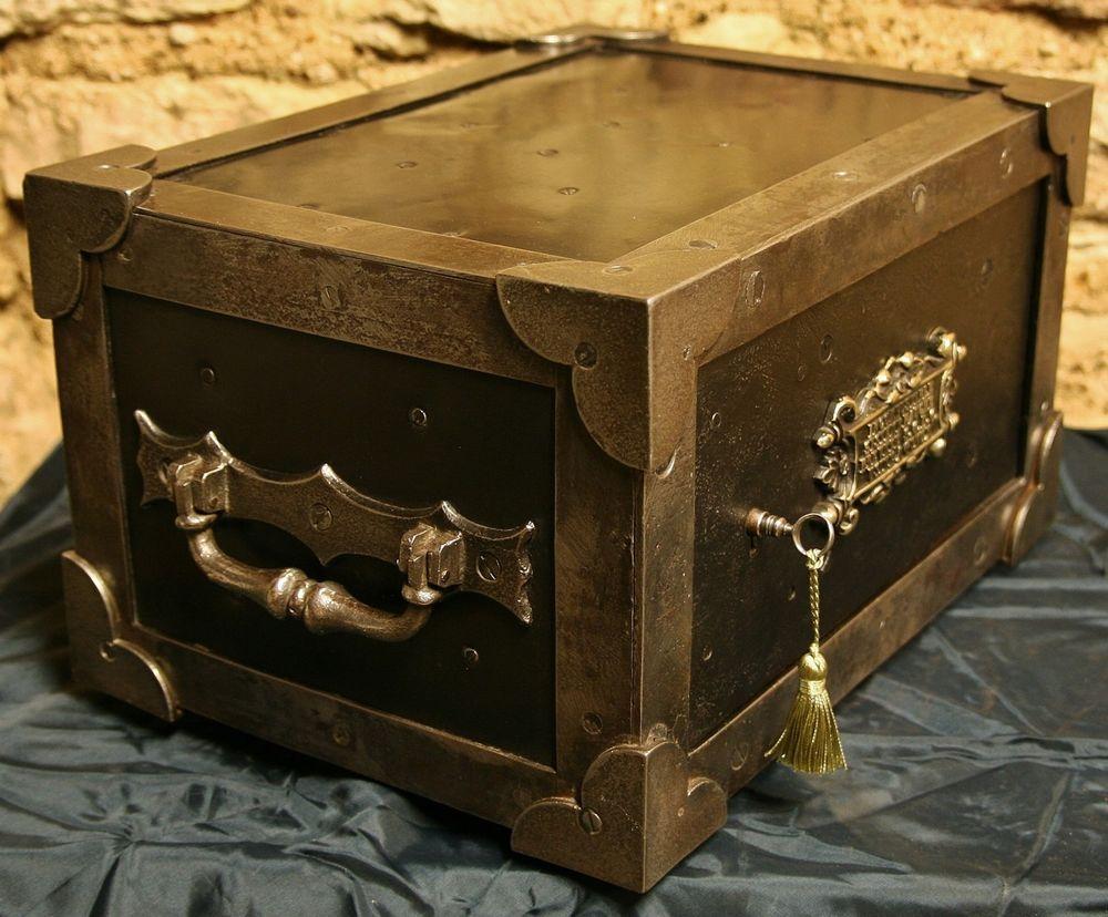 wundersch ne antike geldkassette eisentruhe kleiner antiker tresor antique safe antique. Black Bedroom Furniture Sets. Home Design Ideas