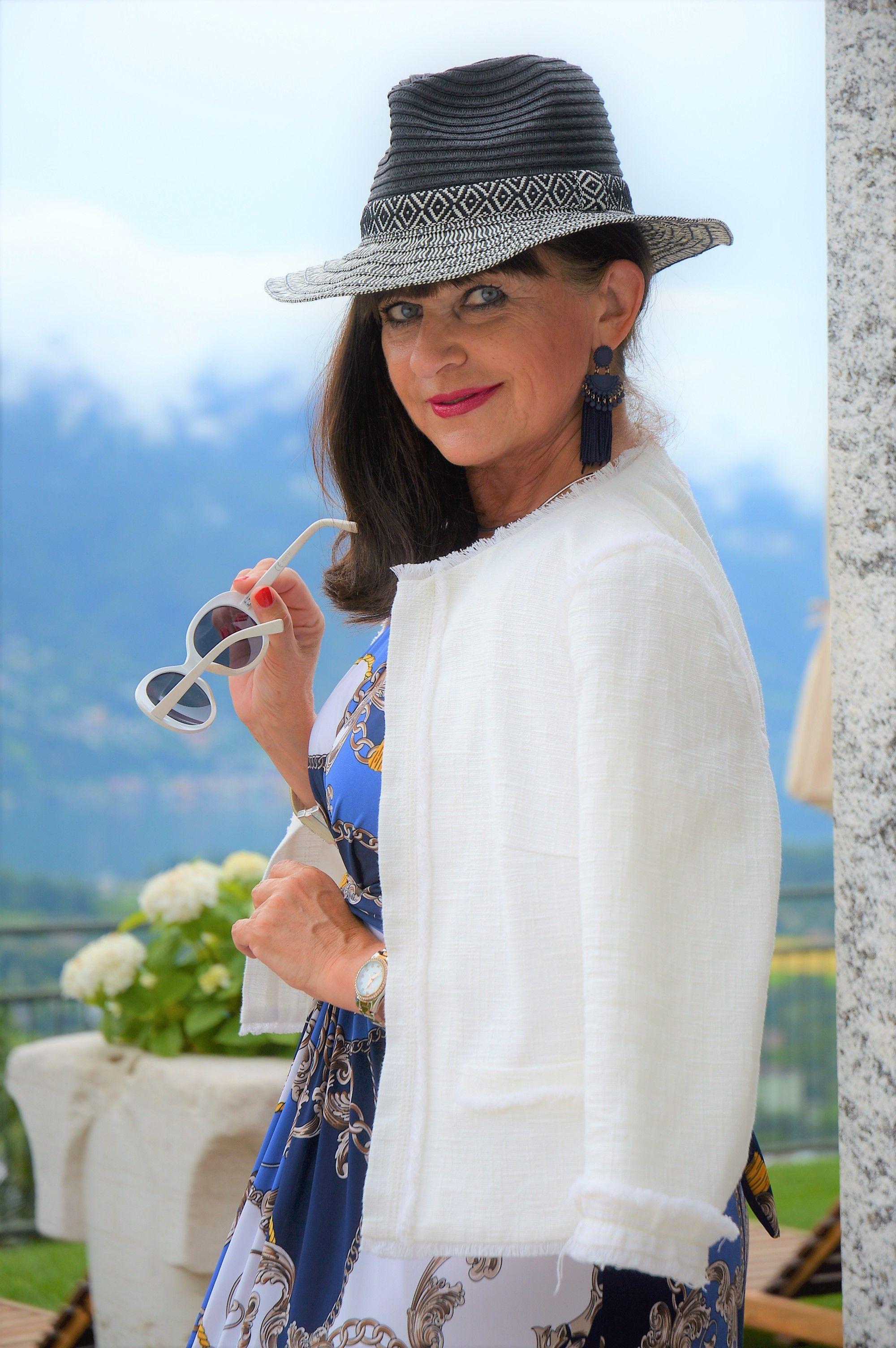 a2164dc46f1e Einen schicken weißen Blazer kombiniere ich mit einem gemusterten Maxikleid.  Dazu lange Ohrringe und einen Hut. Der sommerliche Abendlook ist perfekt.
