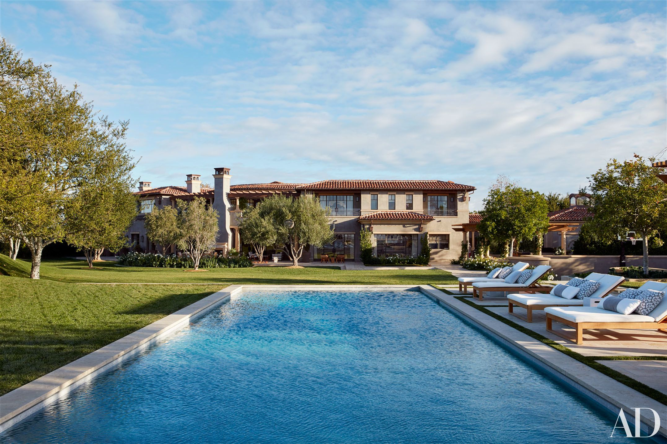 Khloe And Kourtney Kardashian Realize Their Dream Homes In California Kourtney Kardashian House Celebrity Houses Kardashians House