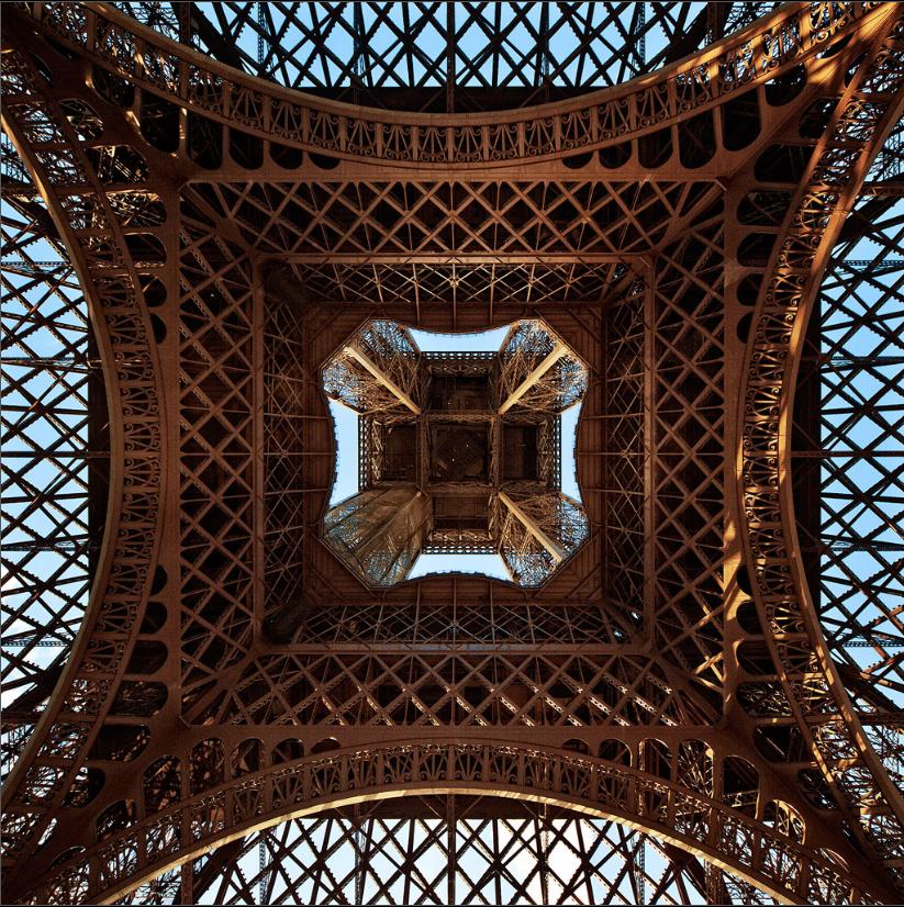 Eiffel tower upwards > vanuit het hart van de DJ booth