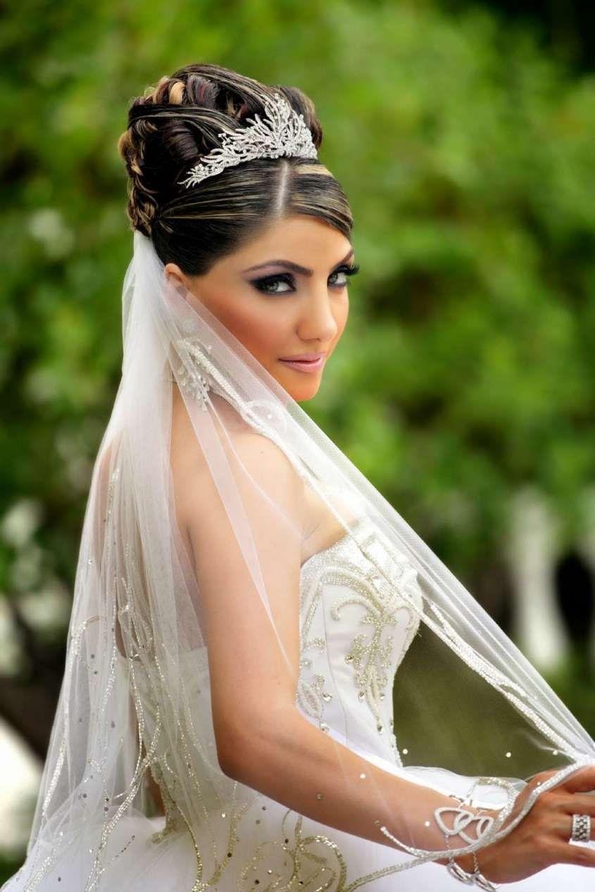 Acconciature da sposa con velo lungo