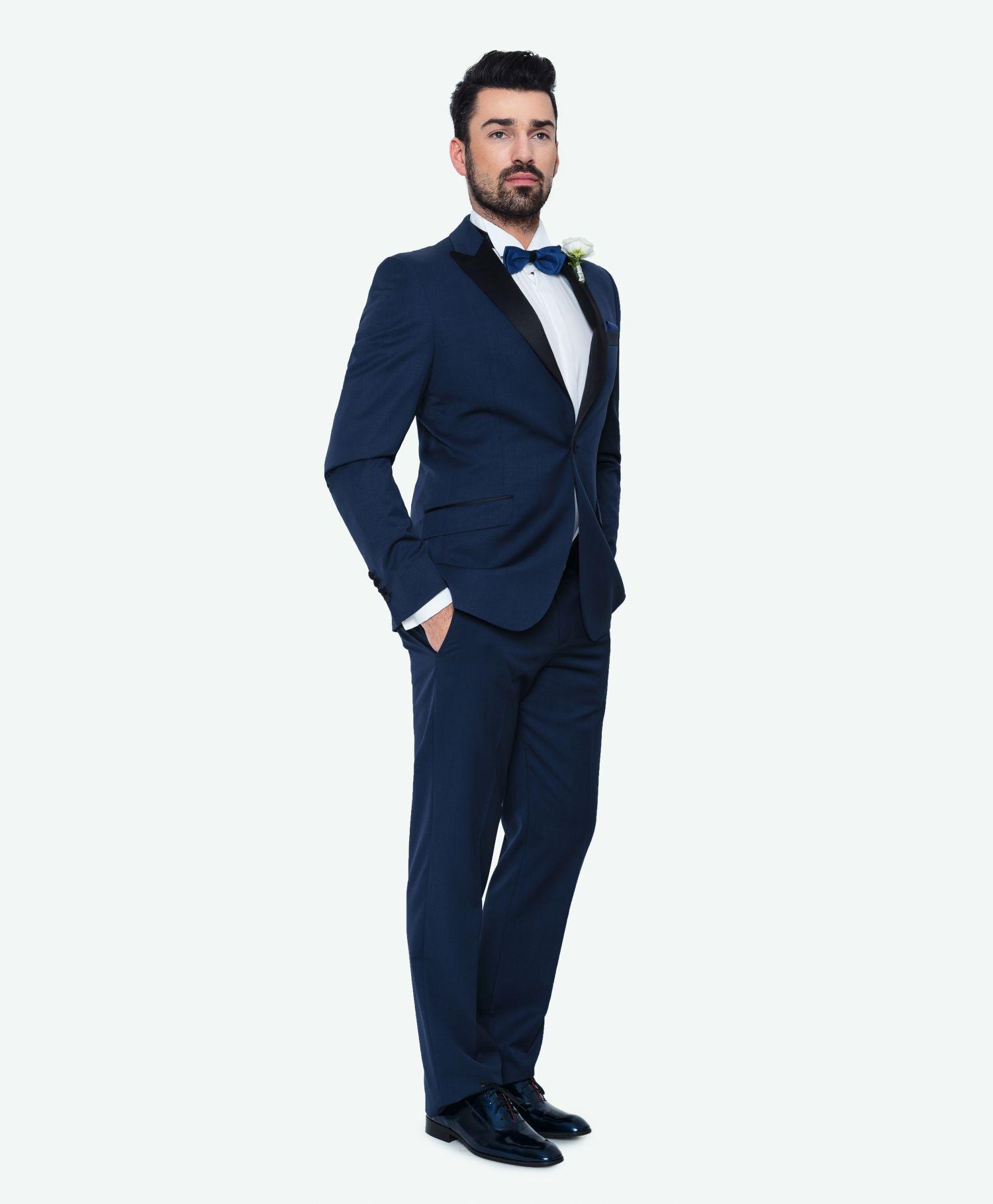 55fa2b3185237 Kolekcja ślubna Giacomo Conti: niebieski taliowany garnitur na ślub z  marynarką w stylu smokingowym z