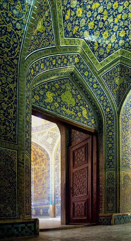Puerta de entrada de la mezquita Sheik Lutf Allah, Isfahan, Irán.