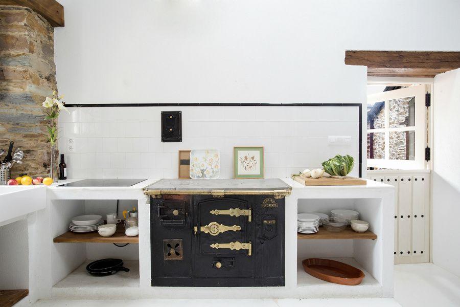 Cucina in muratura con antica cucina a legna | Cucina in ...