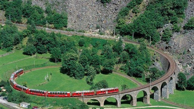 Bernina Express avec wagon panoramique sur le viaduc hélicoïdal près de Brusio