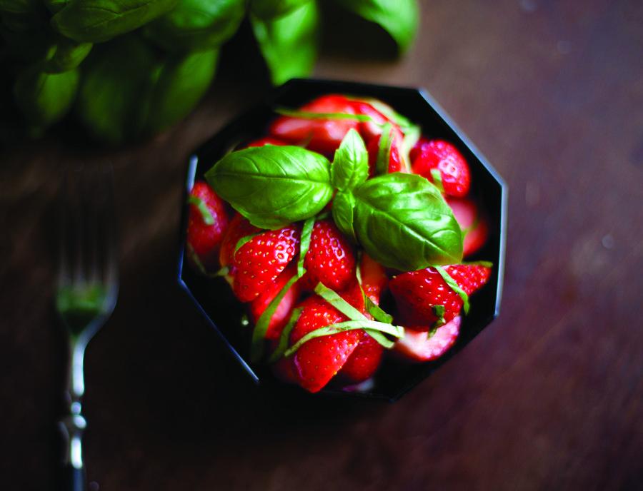 Erdbeer-Basilikum Salat – Die leichte Sommer-Nachspeise.