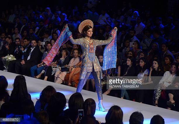 Malli esittelee suunnittelija Shamaael Ansarin luomisen Karachin Fashion Pakistan Week -työajan viimeisenä päivänä 3. huhtikuuta 2015 AFP PHOTO / Rizwan ...