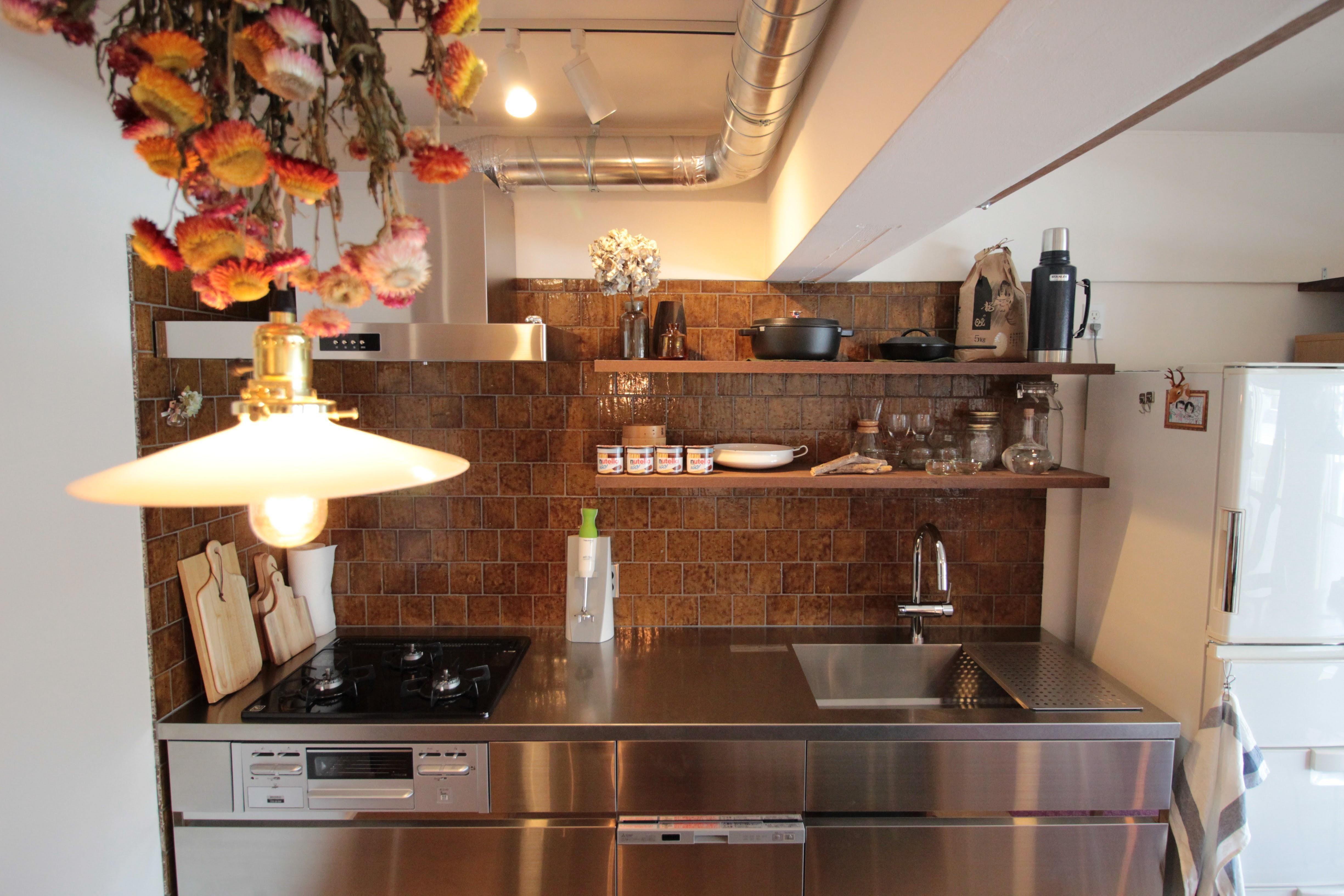 キッチンは空間を広くするため 壁付けのi型キッチン 壁にタイルを