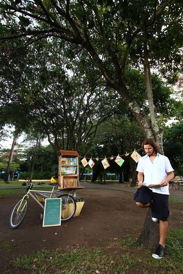 no Parque Santana com a bicicleta-livraria Pé de Letra e seus livros artesanais.  fotografia do amigo Paulo Paiva