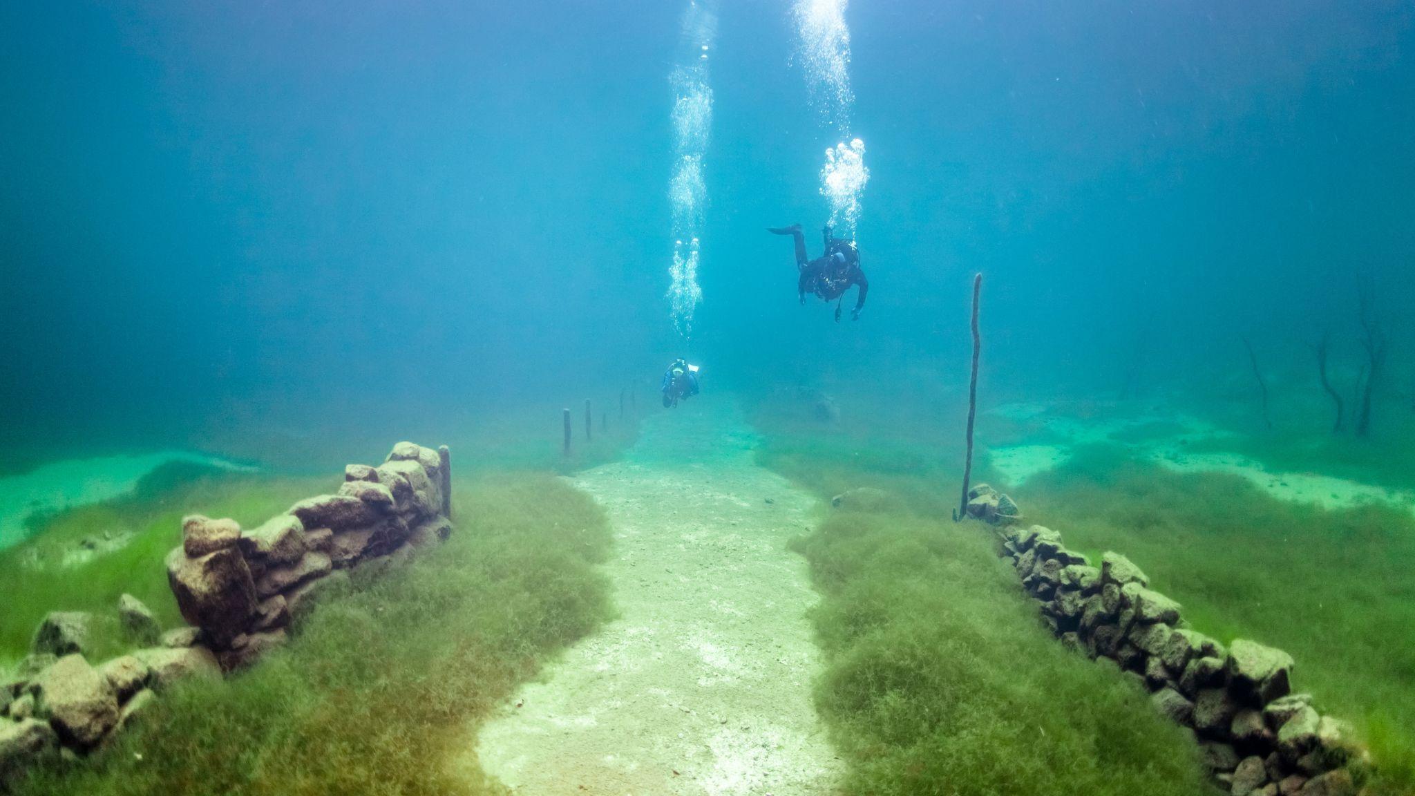 Seterveien og steingjerdene ligger der som før. Det er bare å dykke ned og se.