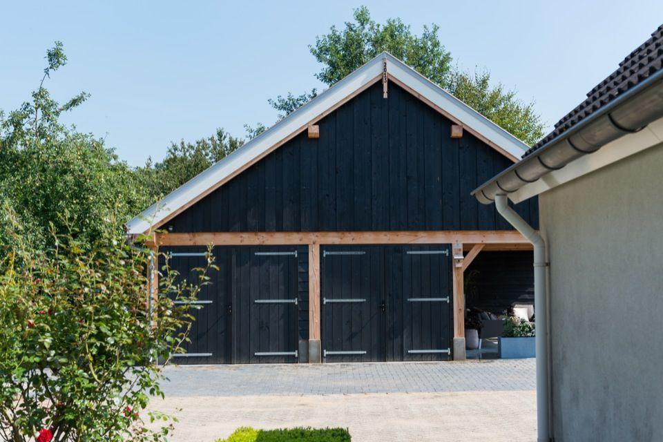 Garage Met Veranda : Dubbele houten garage met zadeldak zelhem loungebank veranda