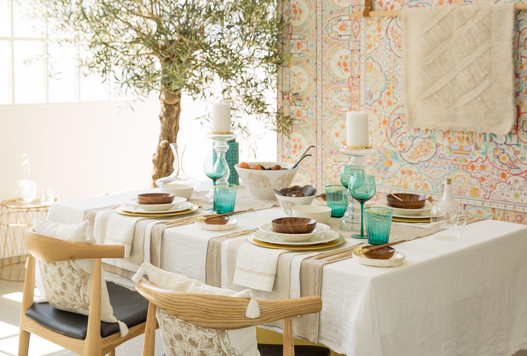 Crea ambientes acogedores con los manteles, caminos de mesa, servilletas, salvamanteles, posavasos, vajillas y cubiertos del catálogo SS 16 de Zara Home.