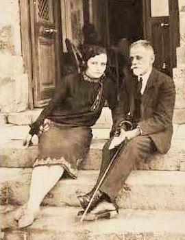 "The poet Kostis Palamas  ο Κ.Παλαμάς και Α.Ρέσσου στα σκαλιά του ξενοδοχείου ""ΗΡΑΚΛΕΙΟΝ"" Λουτρών Αιδηψού"