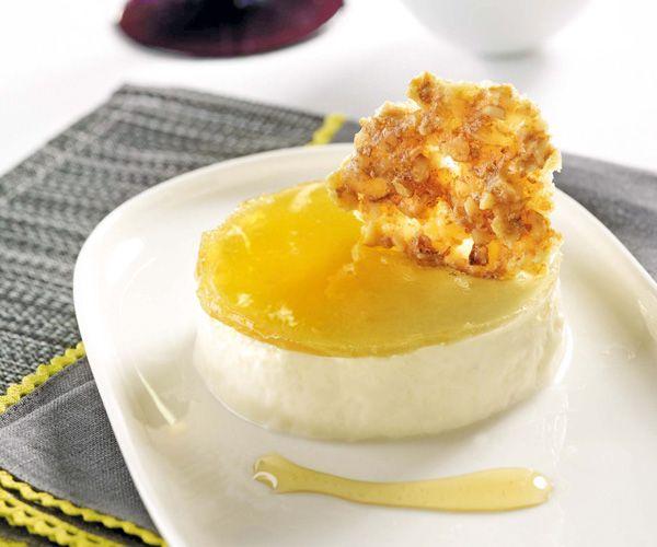 Suivez notre recette gourmande et préparez un entremets au reblochon, miel et tuile de noix. A vos fourneaux.