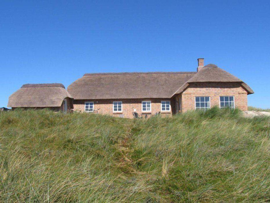 Ein sehr schönes Ferienhaus auf einem schönen 3.200 m2 großen Naturgrundstück, von dem Ihr einen schönen Blick über die Dünenlandschaft und auf das klare Wasser vom Vest Stadil Fjord habt. Mit seinen 120 m2 bietet das Haus Platz für 8 Personen. Kostenloses W-LAN, Sauna und Whirlpool vorhanden. Ein echtes Ferienhaus mit Strohdach Dieses 2007 gebaute …