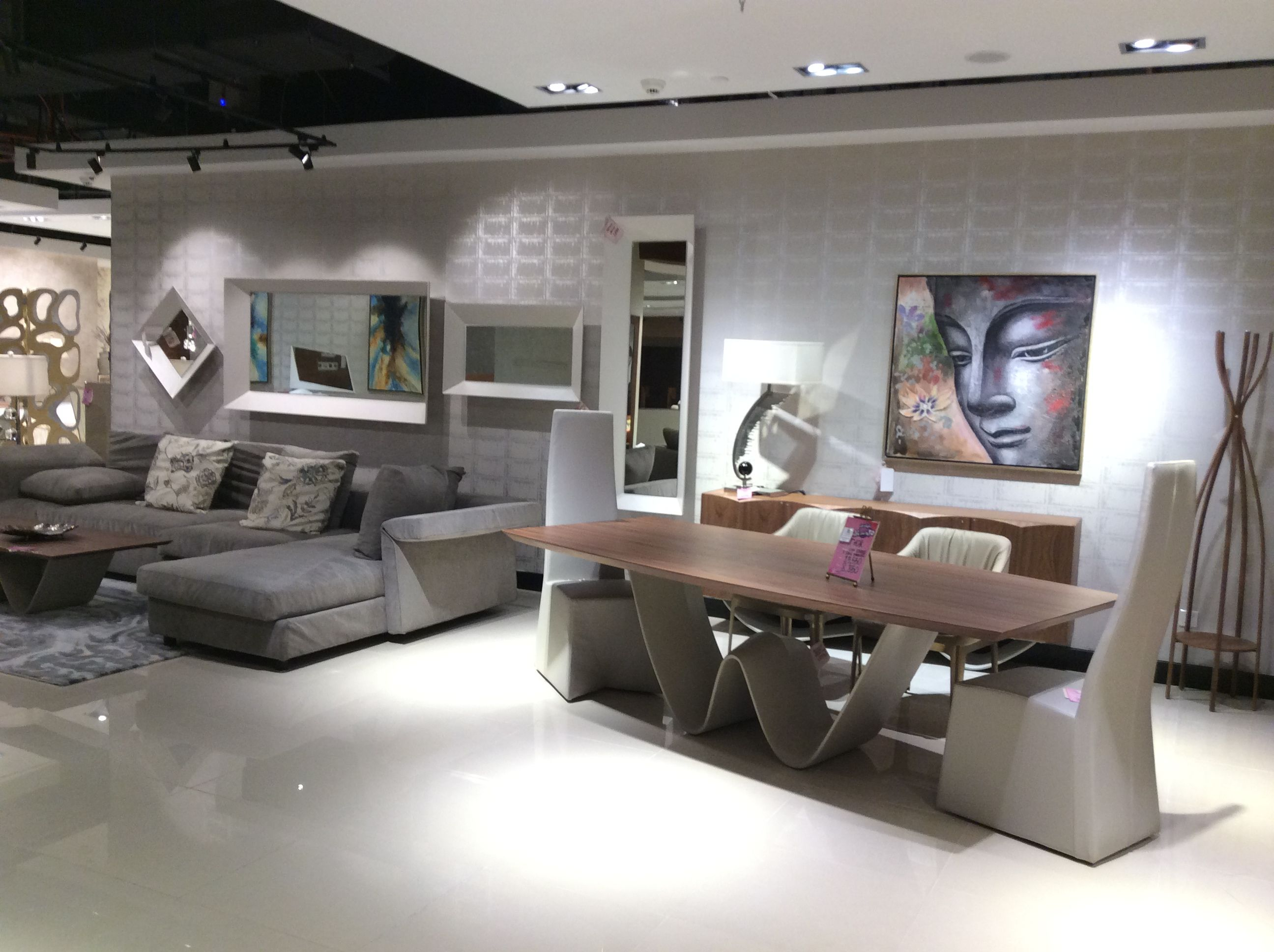 أفكار ملهمة للتصميم الداخلي على بعد صالة عرض فقط الحذيفة أثاث فخم صالة العرض دبي Luxury Home Furniture Luxury Modern Furniture Luxury Furniture