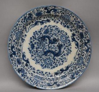 Lot 805: An exceptional Dutch Delftware blue and white dragon decorated plate, marked Aelbrecht Cornelis de Keyzer, Diameter 48 cm (some restoration)  € 1.000 - € 1.500