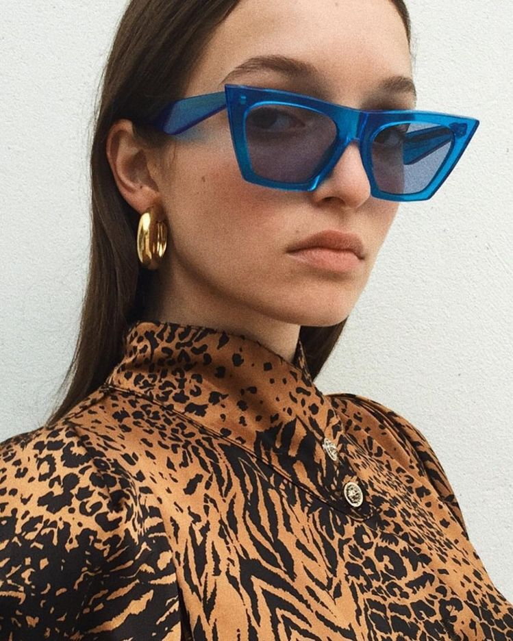 78a45cba4c186 Oversized retro 1990s cat eye sunglasses. Women s spring summer fashion  casual outfits trends. Classy street styles.  springstyle  fashionoutfits   ootd ...