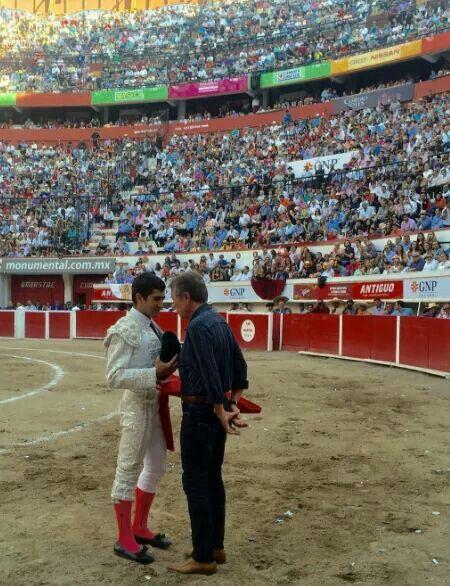 El matador JOSELITO ADAME brinda un toro al poeta José Ma. NAPOLEÓN. Aguascalientes Mexico.