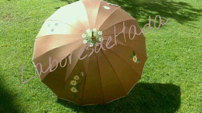 Paraguas marrón decorado con margaritas