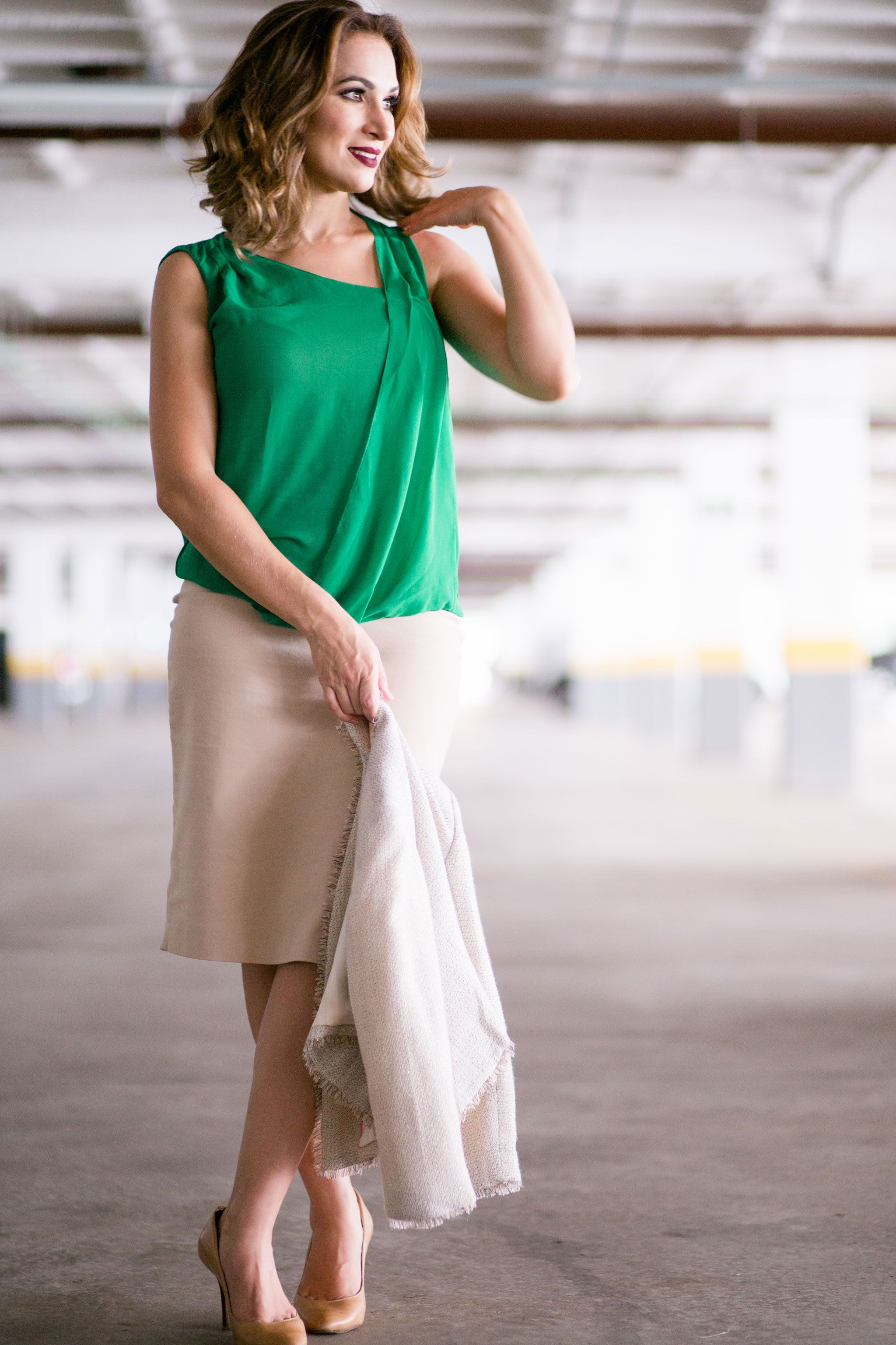 Look contemporâneo. Blusinha verde da Zara. Saia nude da Zara. Sapato nude @Schutz. #GW10_30 #10peças30looks #consultoriadeimagem #imagem #moda #fashion #estilocontemporâneo #officelook #lookfeminno #sapatonude