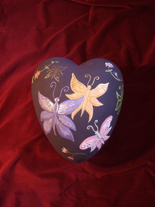 """Herzförmige, keramische Urne """"Schmetterling"""" dunkelaubergine von www.dasherzlicht.de"""
