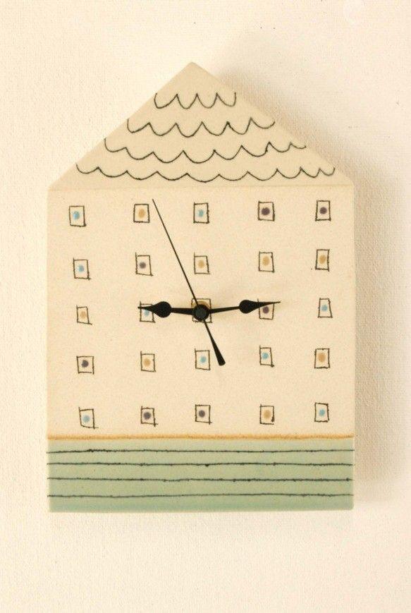「きのぼり時計」シリーズの陶製時計になります。彫った模様の中に黒い化粧土を入れる「象眼技法」で描いています。釉薬で色分けして器と同じように1260度で焼成して...|ハンドメイド、手作り、手仕事品の通販・販売・購入ならCreema。