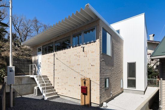 レンガのと白いガルバリウムの外壁 建築家 家 外観 家