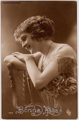 carte postale ancienne femme portant un v tement l ger chaine bijou 4 fotos hist ricas. Black Bedroom Furniture Sets. Home Design Ideas
