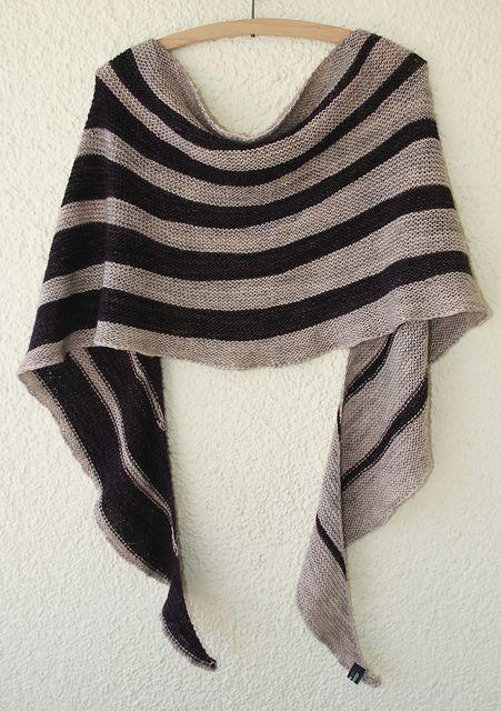 Vacker sjal i svart och grått. Mönster på Ravelry.