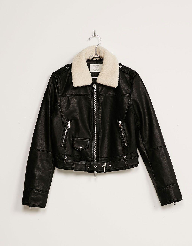 Jacke Kunstleder Lammfellkragen. Entdecken Sie diese und viele andere Kleidungsstücke in Bershka unter neue Produkte jede Woche