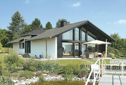 Mit einem Satteldach und offenem Dachstuhl schaffen die hohen ...