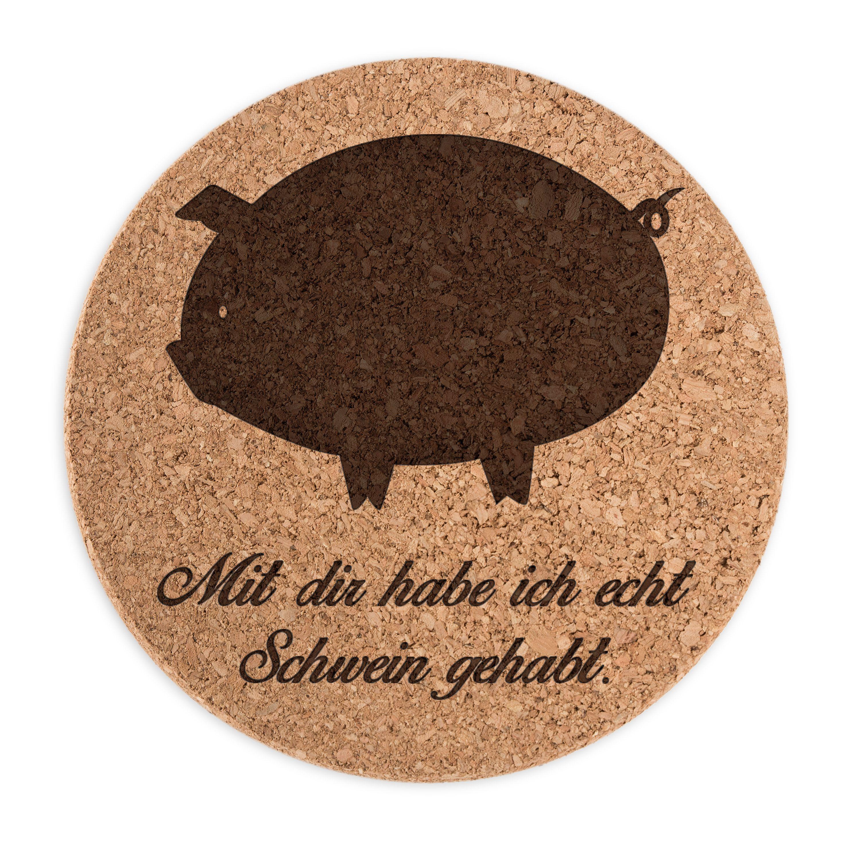 Untersetzer Kork Rund Schwein aus Kork  Natur - Das Original von Mr. & Mrs. Panda.      Über unser Motiv Schwein  Das Schwein gilt als Glücksbringer und wird gerne verschenkt, wenn jemand auf schnelles Glück angewiesen ist.   Auch spielen Schweine in unserer Landwirtschaft eine wichtige Rolle. Wer also das perfekte Accessoir für die Küche aucht oder Schweine sammelt, oder einen besonderen Menschen mit einem Glücksbringer überraschen will, hat hier das perfekte Geschenk an sich selbst oder…