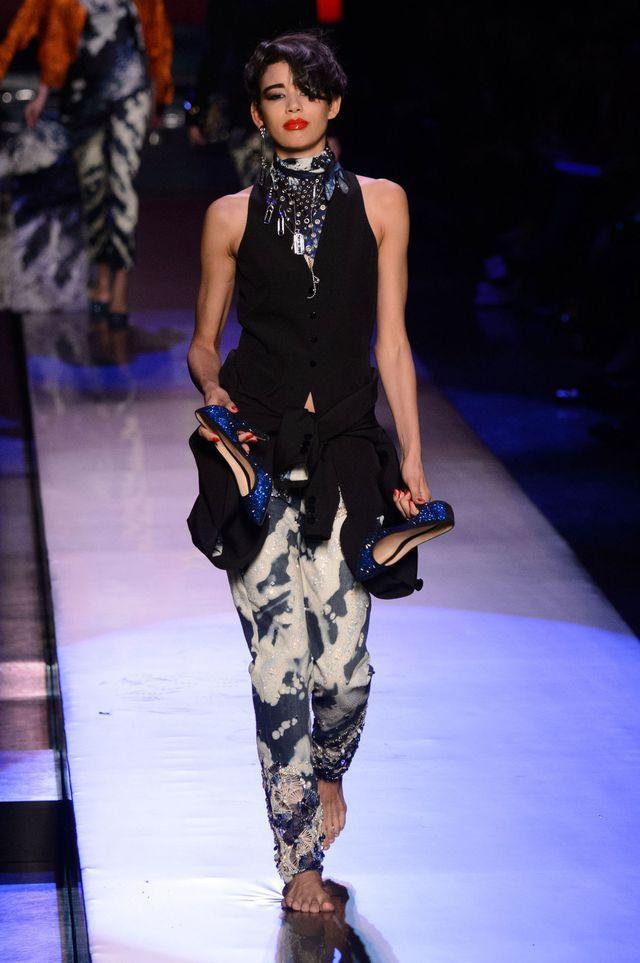 d14a995b80d Défilé Jean Paul Gaultier Haute Couture printemps-été 2016. Les escarpins  portés à la main en marchant pieds nus -après avoir dansé toute la nuit.