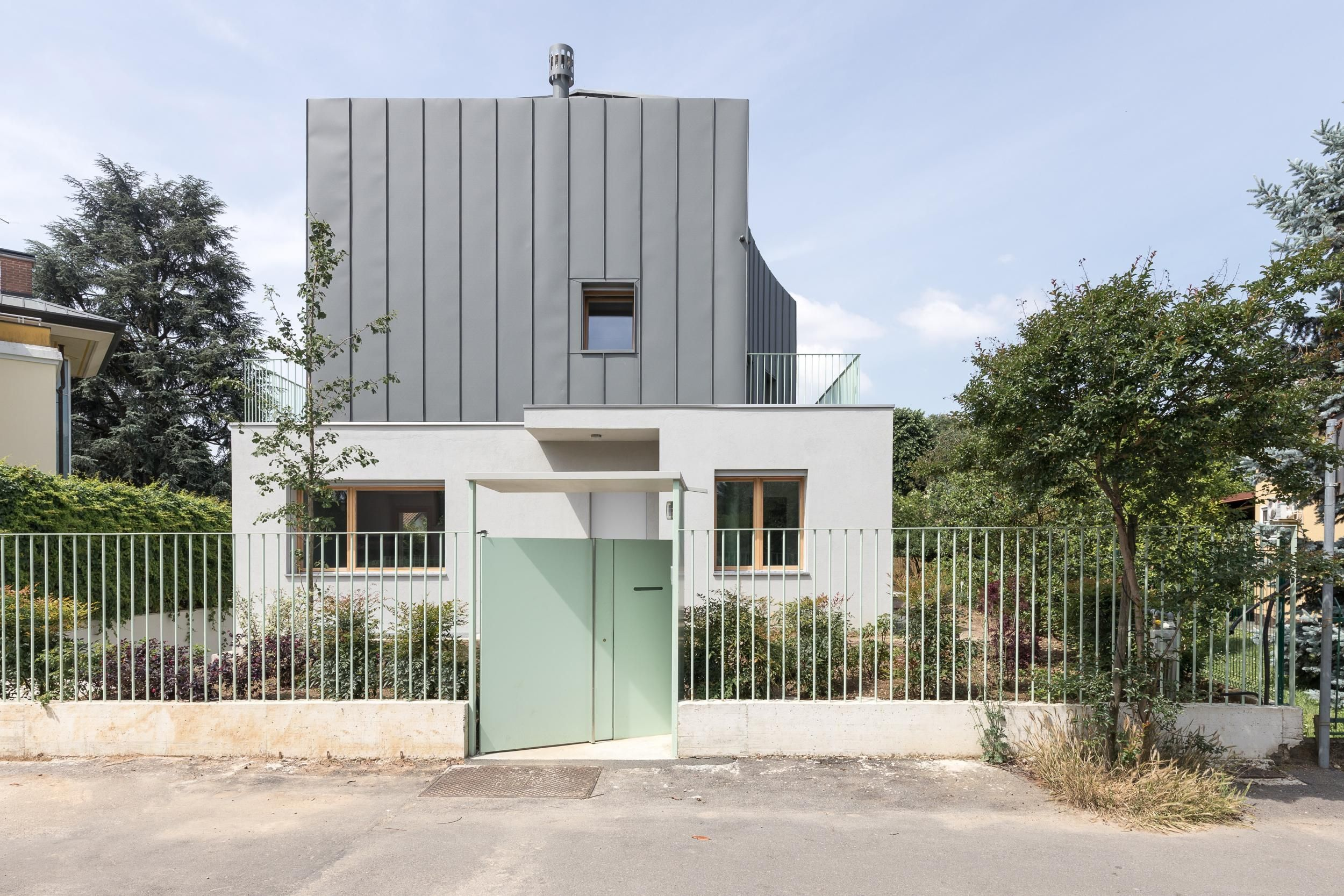 Industrial Architecture Inspires A Villa Renovation In The Suburbs Of Milan In 2020 Architecture Architect Industrial Architecture