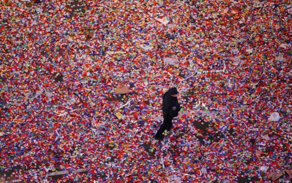 Baño de color para dar la bienvenida al Año Nuevo - Un policía pasea rodeado de co...