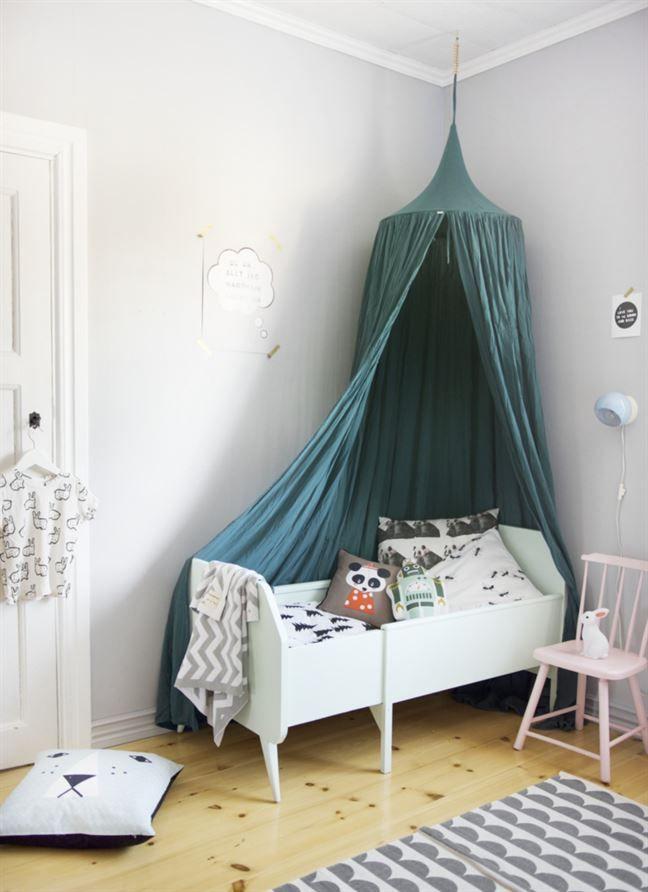 Barnrum Mysigt med sänghimmel och många kuddar Nya huset Pinterest Sänghimmel, Kuddar