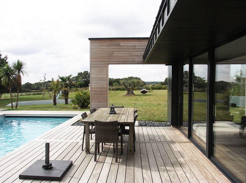 Extension contemporaine pour une maison de lotissement for Ossature bois pour piscine
