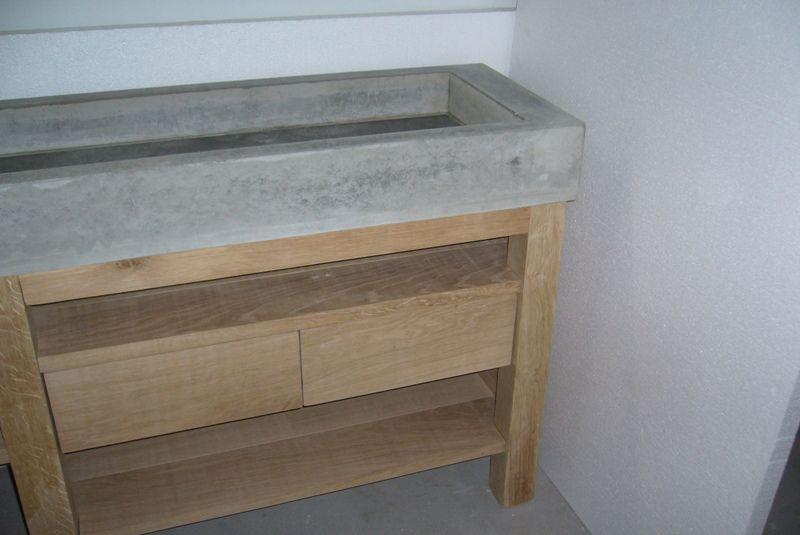 Eikenhouten badkamermeubel met wasbak van beton