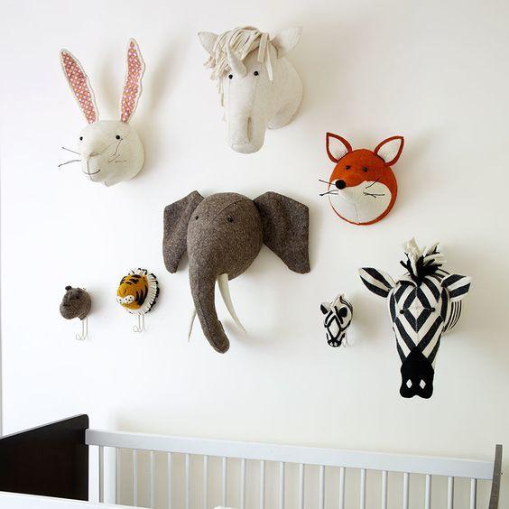 Decorar con cabezas de animales dormitorios - Cabezas animales tela ...