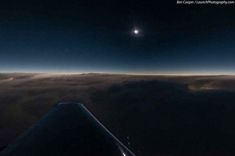 20 سببا للجلوس قرب نافذة الطائرة Solar Eclipse Eclipse Photos Airplane Window