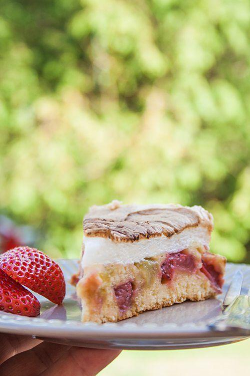 Rezept: Saftiger Erdbeer-Rhabarber-Kuchen ohne Butter mit Baiserhaube